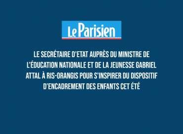 Le secrétaire d'Etat auprès du ministre de l'Éducation nationale et de la Jeunesse Gabriel Attal à Ris-Orangis pour s'inspirer du dispositif d'encadrement des enfants cet été